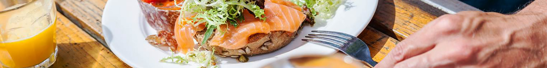 三文鱼配面包
